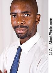 Un hombre africano inteligente