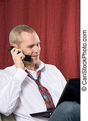 Un hombre al teléfono