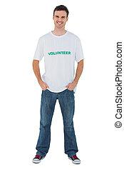 Un hombre atractivo con una camiseta voluntaria