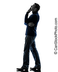 Un hombre buscando una silueta pensativa de largo