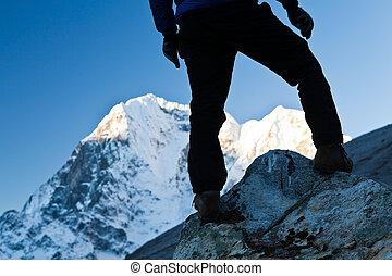 Un hombre caminando en montañas healaya