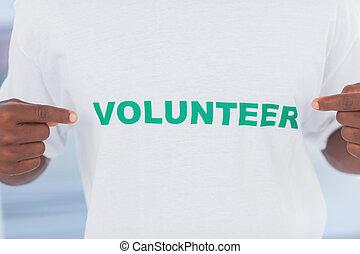 Un hombre con camiseta de voluntario