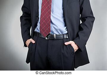 Un hombre con las manos en el bolsillo