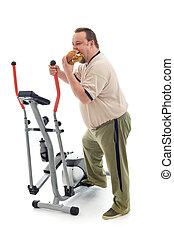 Un hombre con sobrepeso comiendo por un dispositivo de ejercicio