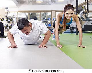 Un hombre con sobrepeso haciendo ejercicio