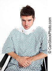 Un hombre con un collarín en el hospital