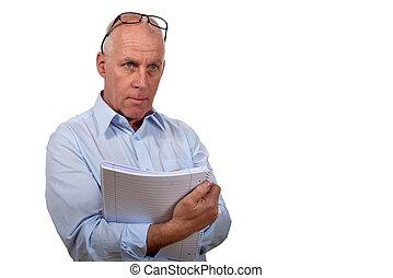 Un hombre con un cuaderno