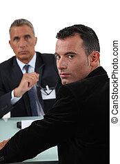 Un hombre con un jefe