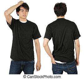 Un hombre con una camisa negra en blanco