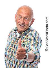 Un hombre de edad feliz muestra pulgares hacia arriba