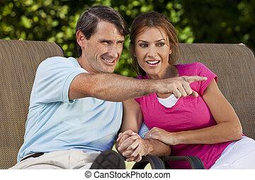 Un hombre de mediana edad feliz, una pareja de mano y señal