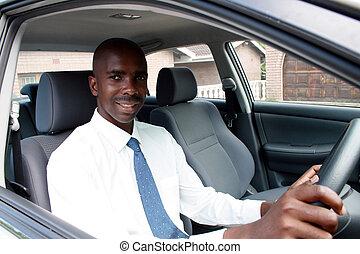 Un hombre de negocios africano conduciendo