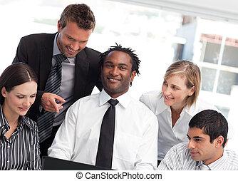 Un hombre de negocios africano feliz con su equipo