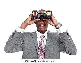 Un hombre de negocios afroamericano con prismáticos.