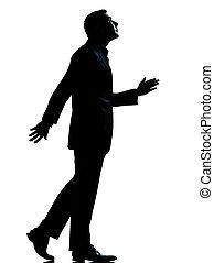 Un hombre de negocios caminando mirando la silueta