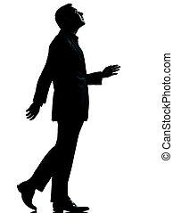 Un hombre de negocios caminando mirando silueta