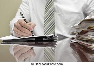 Un hombre de negocios con archivos escritos