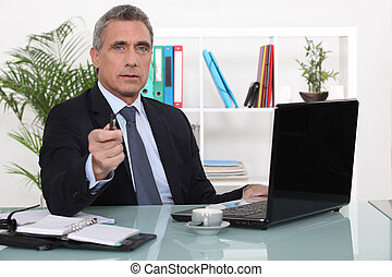Un hombre de negocios en su oficina