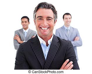 Un hombre de negocios encantador con su equipo