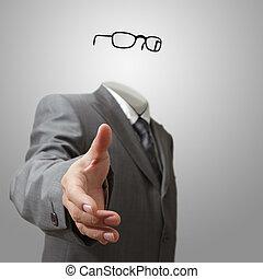 Un hombre de negocios invisible ofrece mano a mano