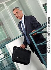 Un hombre de negocios maduro en un pasillo.