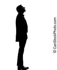 Un hombre de negocios mirando hacia arriba