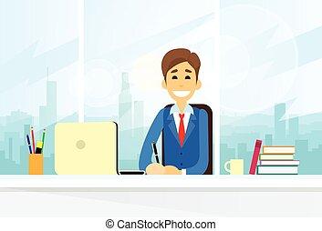 Un hombre de negocios sentado trabajando en la computadora portátil