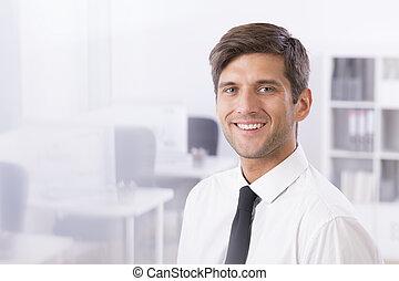 Un hombre de negocios sonriente y guapo
