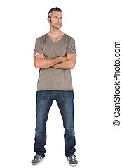 Un hombre de pie con brazos cruzados