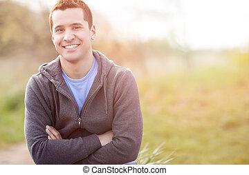 Un hombre de raza mixta sonriendo