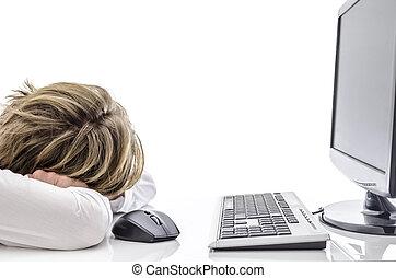 Un hombre durmiendo en su escritorio