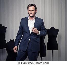Un hombre elegante con traje