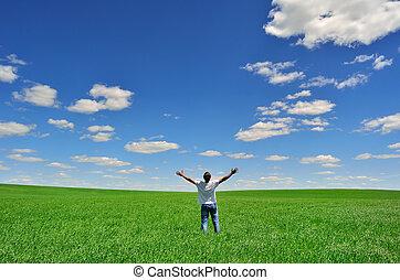 Un hombre en el campo bajo una hermosa falda