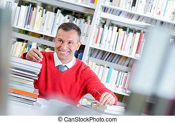 Un hombre en la biblioteca