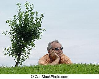 Un hombre en la hierba