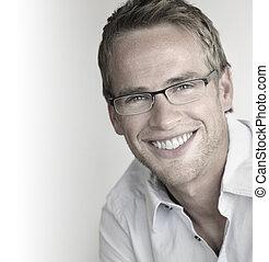 Un hombre feliz con gafas