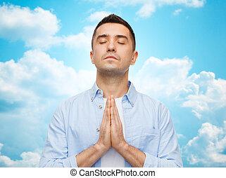 Un hombre feliz rezando