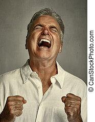 Un hombre furioso y gritando.
