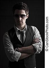 Un hombre guapo con gafas de sol