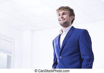 Un hombre guapo en el interior de la oficina