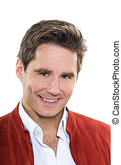 Un hombre guapo y guapo con ojos azules sonriendo