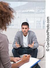 Un hombre hablando con un terapeuta