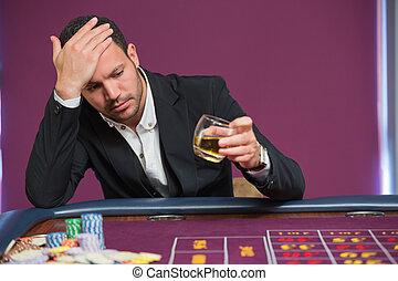 Un hombre mirando whisky