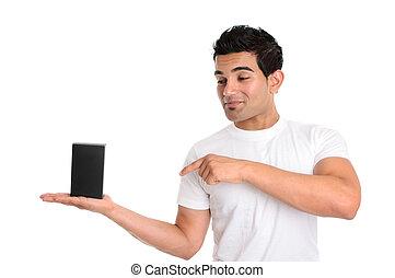 Un hombre mirando y señalando su producto al por menor u otro objeto