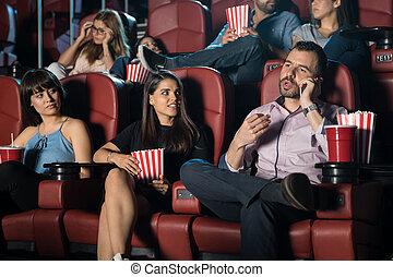 Un hombre molesto en el cine