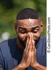 Un hombre negro rezando