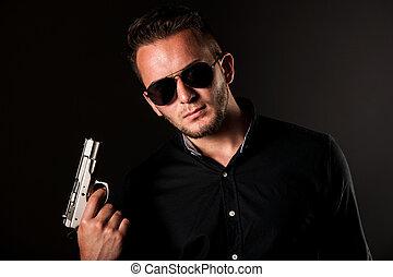 Un hombre peligroso con un arma