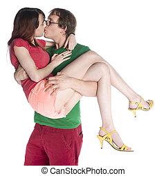 Un hombre que lleva a su novia mientras se besa
