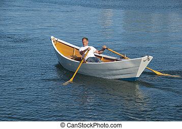 Un hombre remando un bote