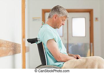 Un hombre sentado en una silla de ruedas